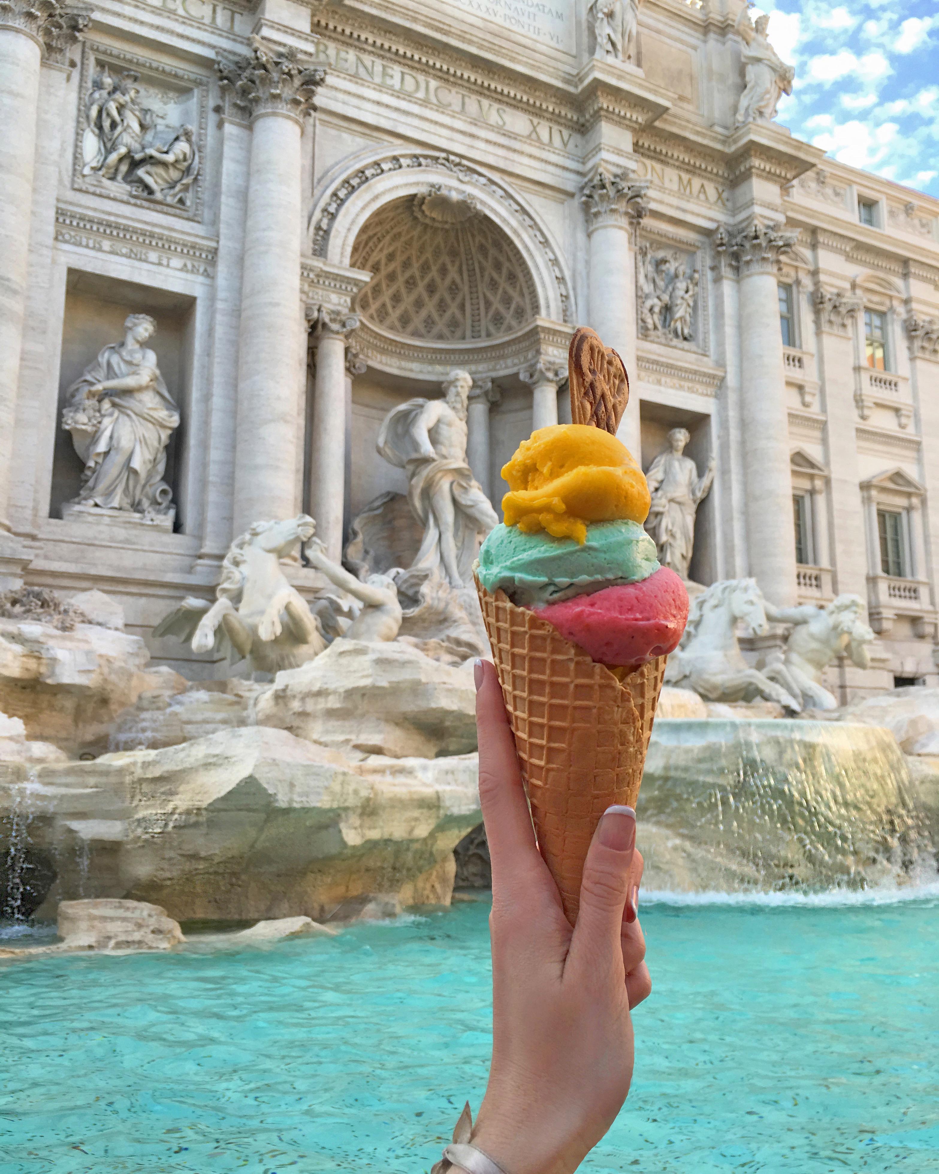 de vacaciones en roma disfrutando de un helado en la fuente di trevi