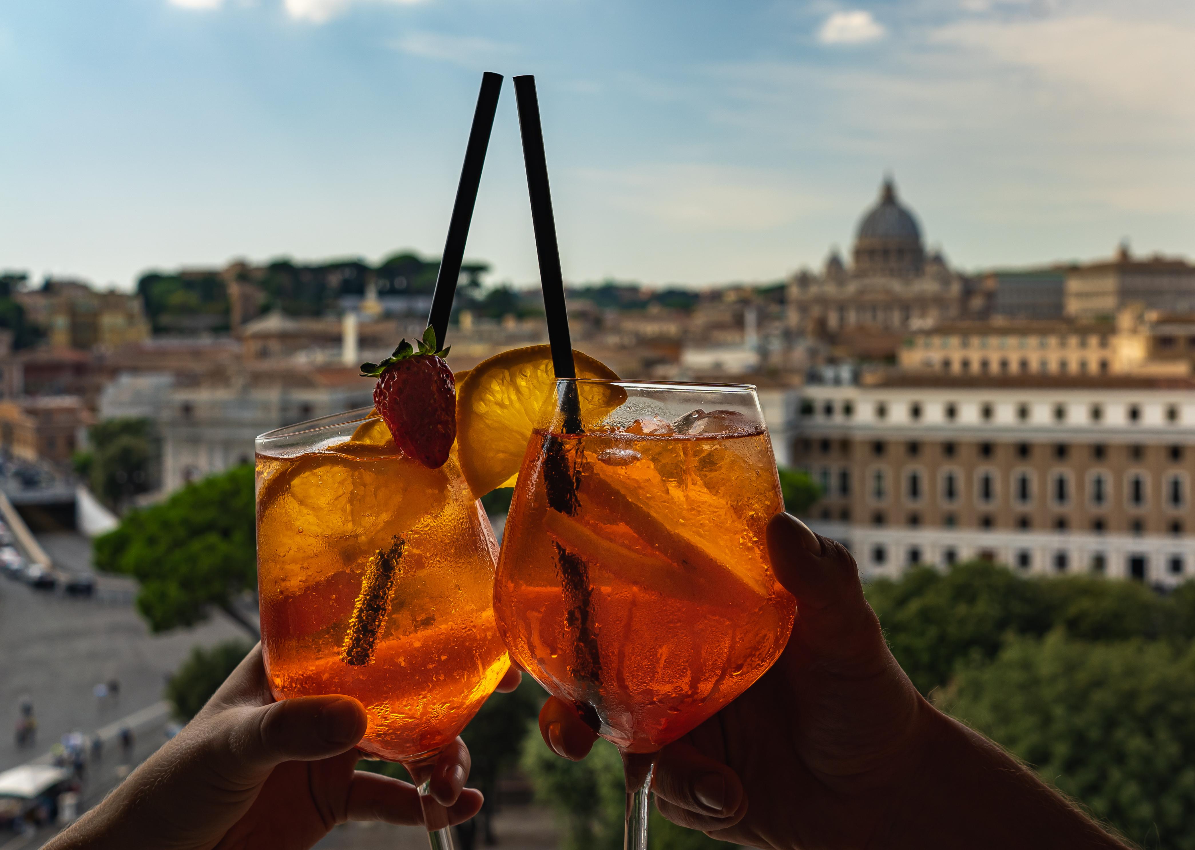 brindis con aperol para celebrar las vacaciones en roma