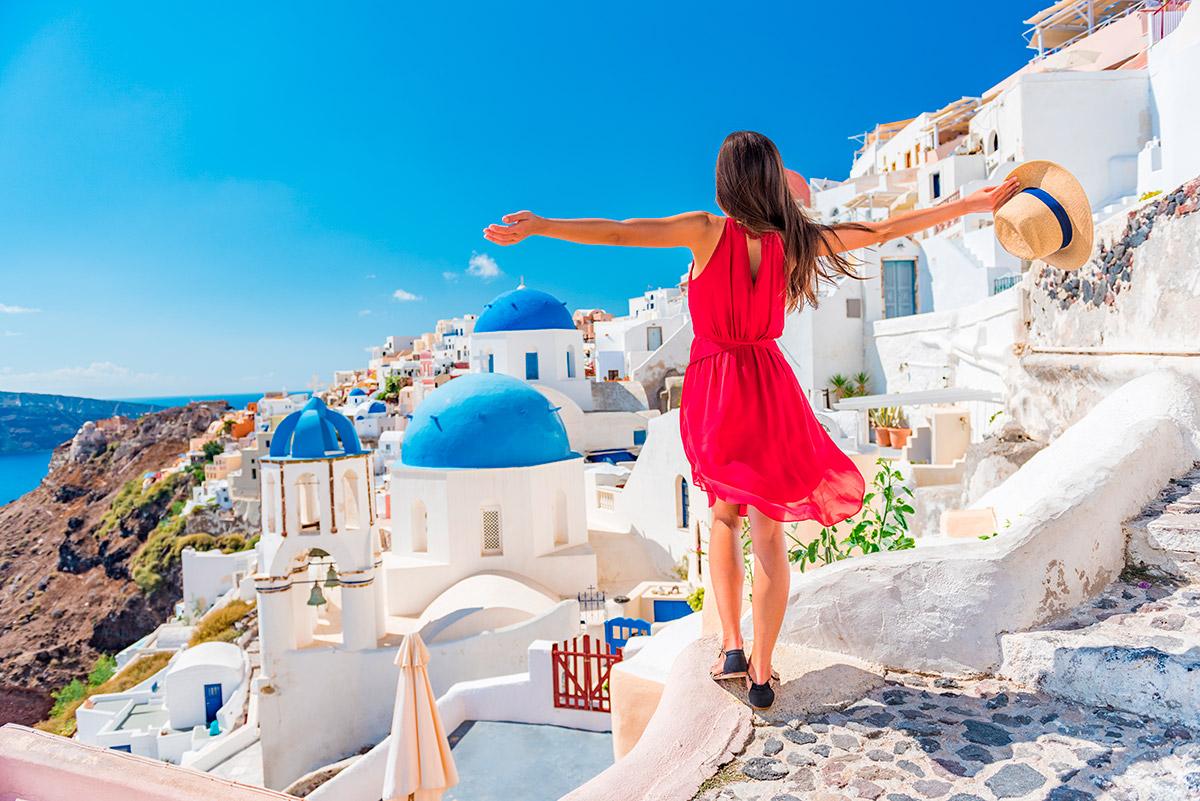 mujer realizando un viaje de lujo en verano
