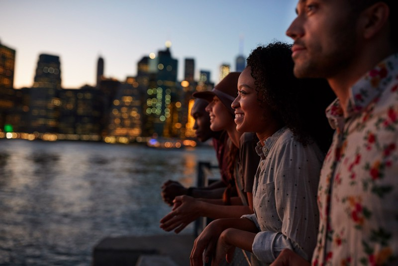 gente joven disfrutando de la experiencia de viajar solo en grupos organizados