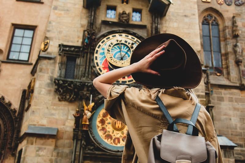 chica joven haciendo turismo en el puente de octubre